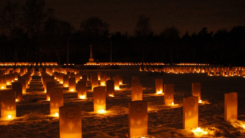 Plaatsing 1400 kaarsen bij de graven op de Canadese Begraafplaats