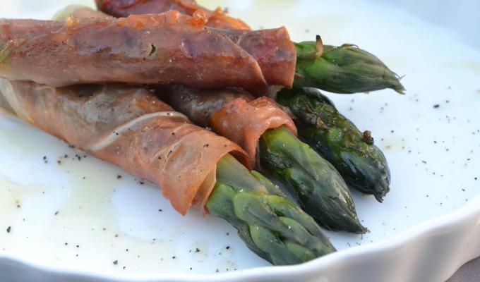 Gegrilde groene asperges met parmaham. Lekker en gezond.