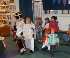 Sinterklaas op bibliotheekbezoek