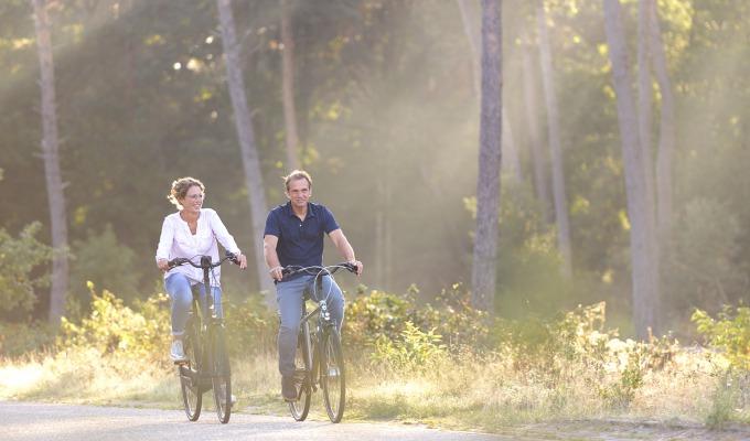 Gezond op pad met een e-bike door de natuur. Altijd wind mee, hoe fijn!
