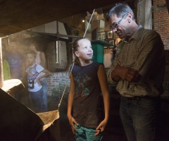 Kinderactiviteit 'Papier scheppen' bij Watermolen Frans_