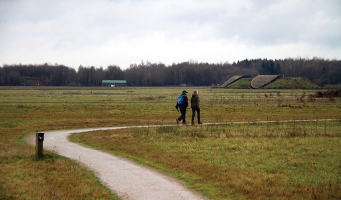 Stoer natuurgebied: Vliegveld Twenthe met bomkraters en splitterboxen.