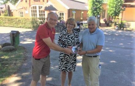 Burgemeester Anneke Raven neemt eerste Fietskaart Sallandse Heuvelrug in ontvangst