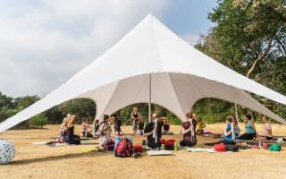 Yogalessen op de camping