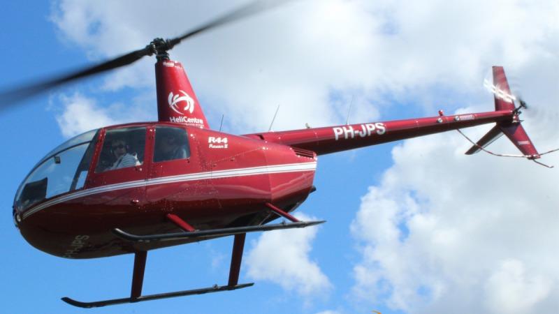Helikoptervluchten boven Vroomshoop vanaf een weiland aan de Twentelaan in Vroomshoop-Oost