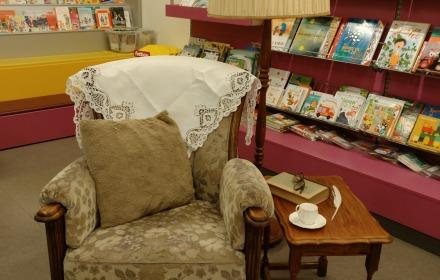 Luie stoel voor Sinterklaas in de bibliotheek