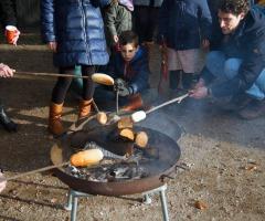Vuurtje stoken en broodjes bakken