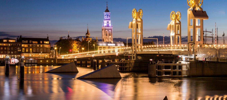 Bijzondere brug met gouden wielen