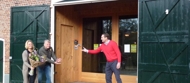 Dirk Rota, gebiedsmanager Salland van Natuurmonumenten overhandigt de sleutels van Herberg De Pas contactloos aan Helen en Lars Kijftenbelt