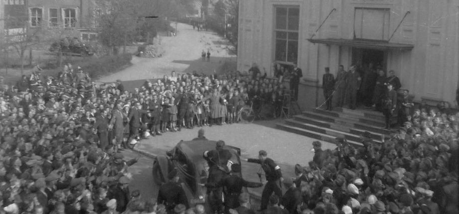 Markeloers verwelkomen burgemeester Korthals Altes na Bevrijding bij het Beaufort