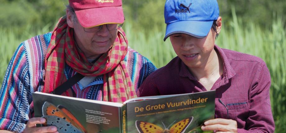 Marcel en Thien met het boek van Susan Oosterlaar