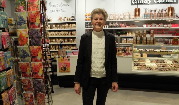 Fride Kok staat dagelijks met veel plezier in haar winkel Candy Corner.