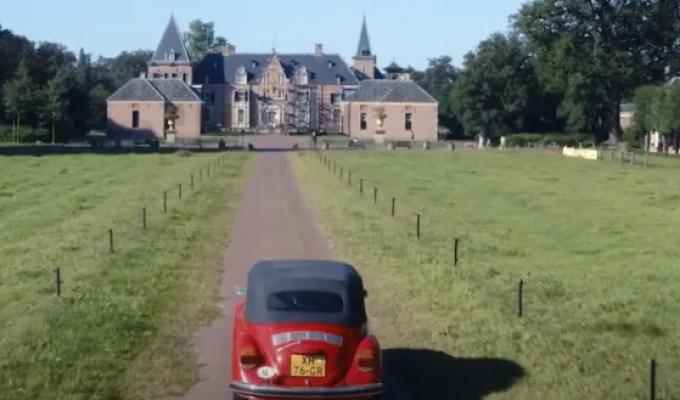 Yuna en Fieke door kasteelrijk Hof van Twente op roadtrip
