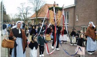 Folkloristische dansgroep Midden-Twenthe in de schaapskooi