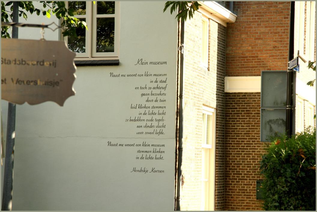 Muurgedicht 'klein museum'