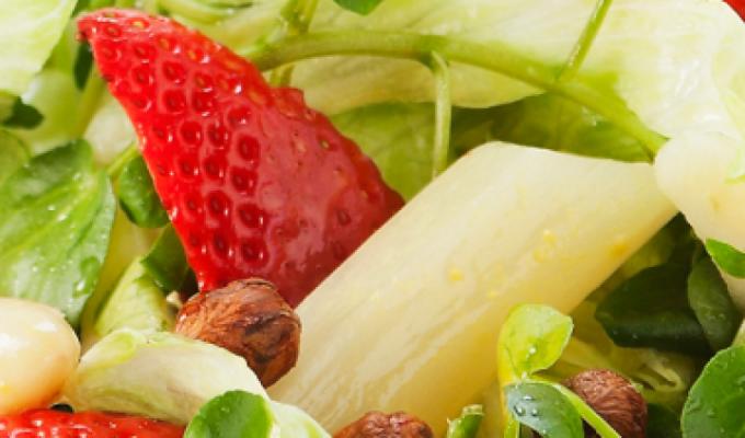 Recept: frisse lentesalade van asperges en aardbeien. Binnen 10 minuten klaar.